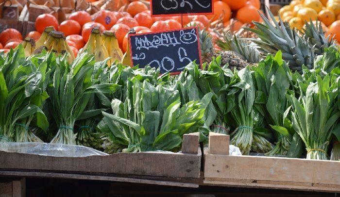 venta de hojas de ajo de oso en mercado tradicional