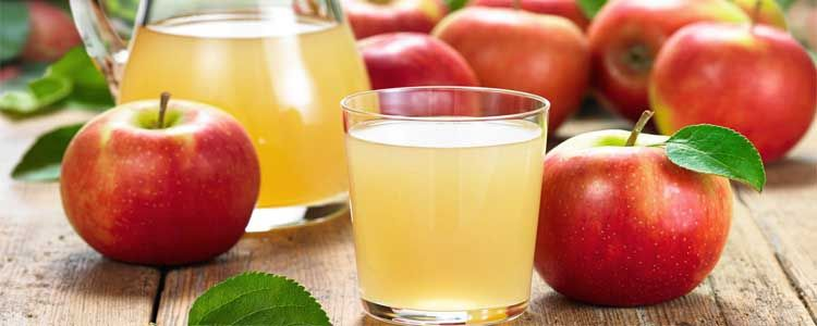 Tomar zumo de manzana